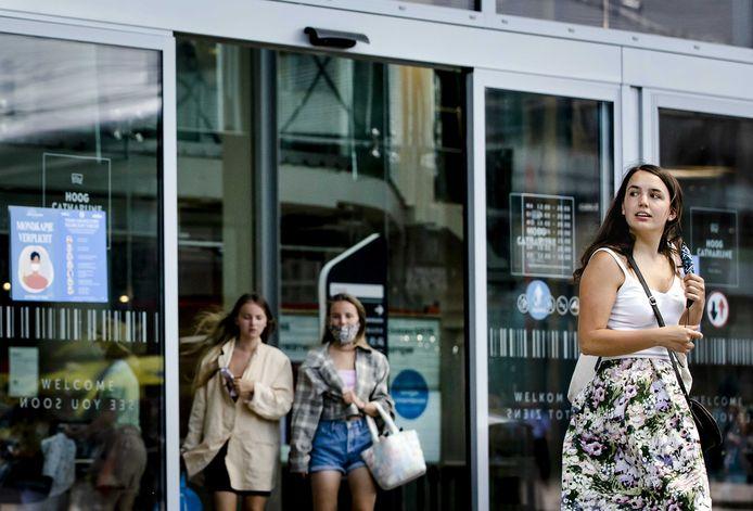 Winkelend publiek met en zonder mondkapjes bij winkelcentrum Hoog Catharijne in Utrecht. Het Nederlandse kabinet is van plan de mondkapjesplicht vanaf 26 juni deels te schrappen.