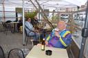 Frans geniet op het terras van Bar Bazaar van zijn eerste Karmeliet.
