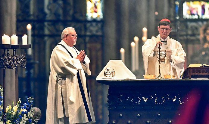 Aartsbisschop en kardinaal Rainer Woelki (r) tijdens een mis in de Dom van Keulen.