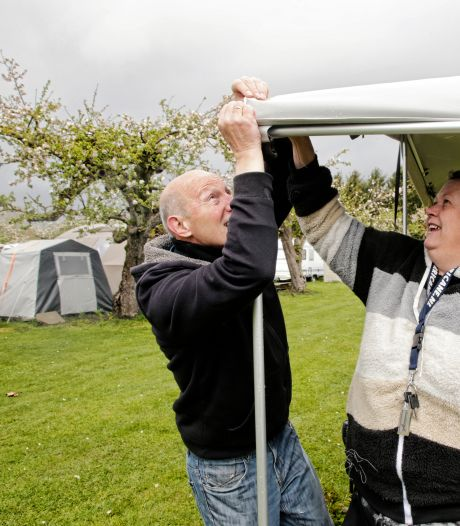 Help, de tent waait weg! Deze campinggasten trotseren voorjaarstorm: 'Of kamperen leuk is? Nu niet'