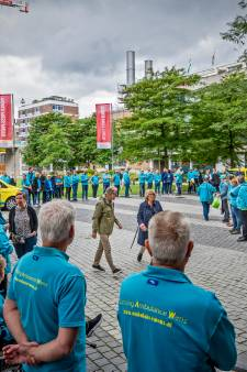 Erehaag van ambulances bij afscheid Ambulance Wens-directeur Kees Veldboer (62)