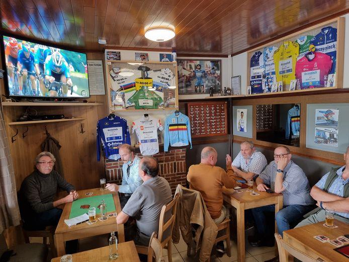 Ook in het café In de Rustberg waren alle tafeltjes bezet tijdens het WK Wielrennen... Maar er kon ook nog gekaart worden.