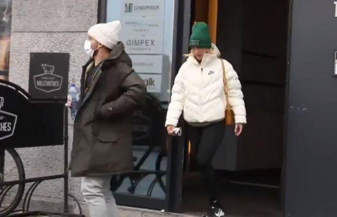 Dries Mertens en Kat Kerkhofs wandelen buiten bij kinesist Lieven Maesschalck.