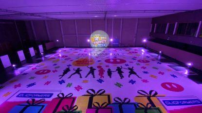 Vzw Feestvarken verpulvert wereldrecord met tapijt van 200.000 clicsblokjes