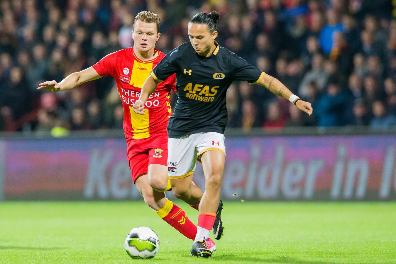 Jong AZ-speler Levi Opdam (r) houdt GA Eagles-aanvaller Pieter Langedijk (l) van de bal, eerder dit seizoen in de Adelaarshorst. De rest van dit seizoen zijn ze ploeggenoten in Deventer.