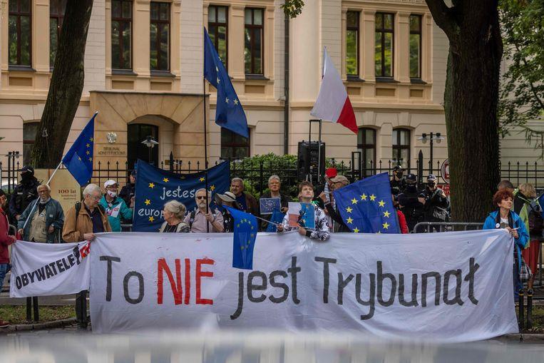 Pro-Europese demonstanten in Polen eerder dit najaar, met een spandoek 'dit is geen grondwettelijk hof'.  Beeld AFP