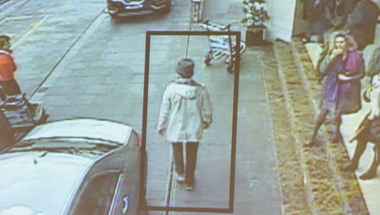 Beelden van de man met het hoedje, na de aanslagen op Zaventem. Dat zou dus Abrini (onder) zijn. Beeld rv