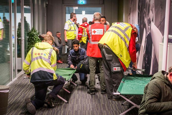 De terminal van Eindhoven Airport blijft open vanwege mist, het Rode Kruis heeft er veldbedden opgezet voor de gestrande reizigers.