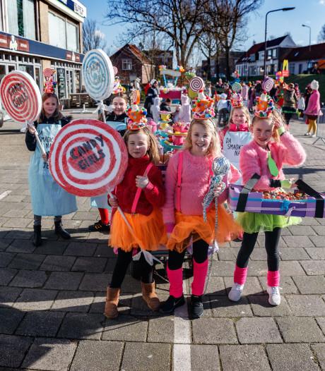 Cupcakes, lolly's en taartjes tijdens de mini-optocht in Fijnaart