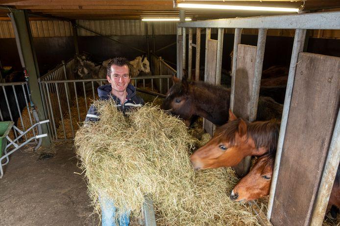 Erik aan het werk op de zorgboerderij in Oene.