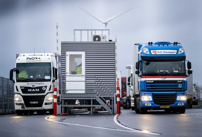 Vrachtwagens afkomstig van de ferry uit Harwich in Engeland bij de paspoortcontrole van de Koninklijke Marechaussee in de haven van Hoek van Holland. Die haven wordt samen met die van Vlaardingen door veel Dordtse exporteurs gebruikt om goederen te vervoeren.