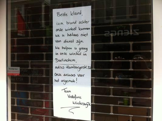 6f39434affc De brief op de winkeldeur waarin Vodafone haar klanten doorverwijst. Foto  Roel Oosterink