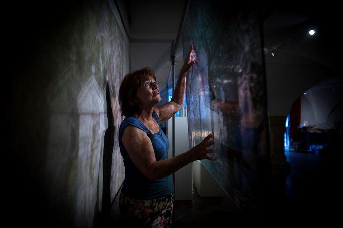 Marijke Schellekens bij een van haar kunstwerken op plexiglas.