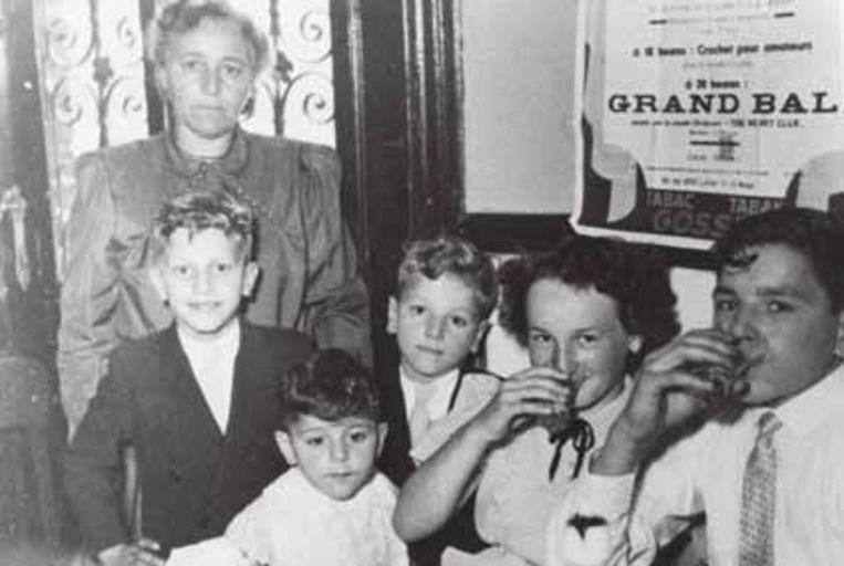 De weduwe Di Rupo met haar kinderen; Elio is de kleine jongen vooraan. 'Mijn ouders waren in La Louvière beland, maar het had evengoed Genk of Hasselt kunnen zijn.' Beeld humo