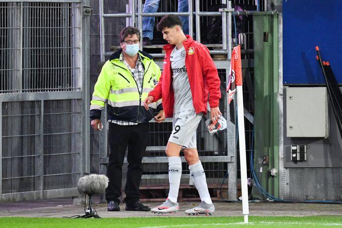 Kai Havertz (Leverkusen) strompelt naar de kant.