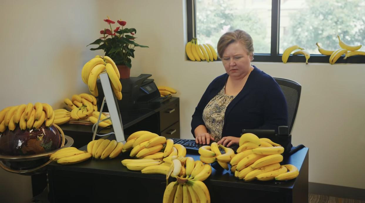 Still uit de clip van Banana.