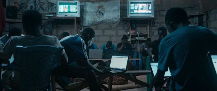'Sakawa' haalt de onlineoplichters – vrouwen  en mannen – voor de camera. Beeld RV