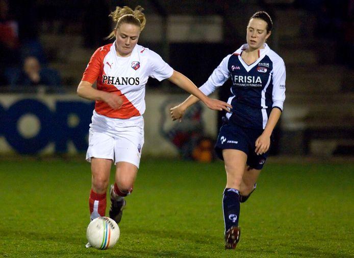 Roos Kwakkenbos (links) tijdens haar debuutseizoen in de eredivisie vrouwen namens FC Utrecht.