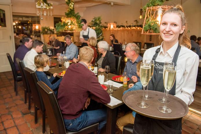 Gastvrouw Merel van Schooten in biologisch restaurant De Saeck.