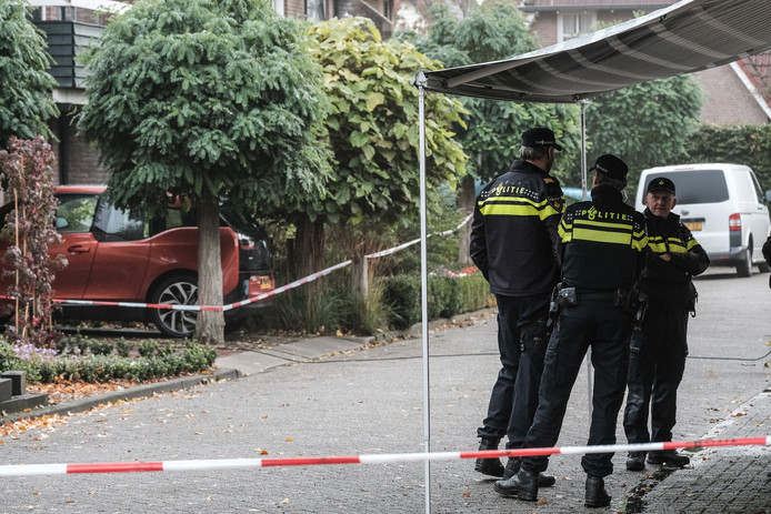 Agenten schuin tegenover de woning aan de Julianalaan in Hengelo waar het familiedrama plaatsvond.