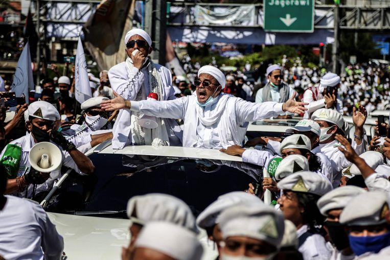 De radicale geestelijke Rizieq Shihab op 13 november bij de inhuldiging van een nieuwe moskee in de stad Bogor ten zuiden van Jakarta. Beeld AFP
