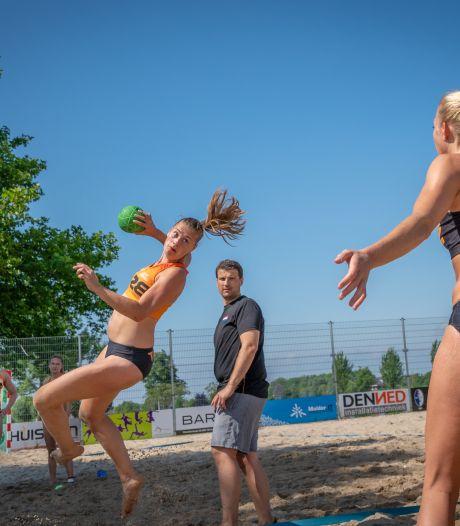 Nederlandse beachhandbalcoach snapt niets van bikinibroekjesgate: 'Dan moeten ze niet meedoen'