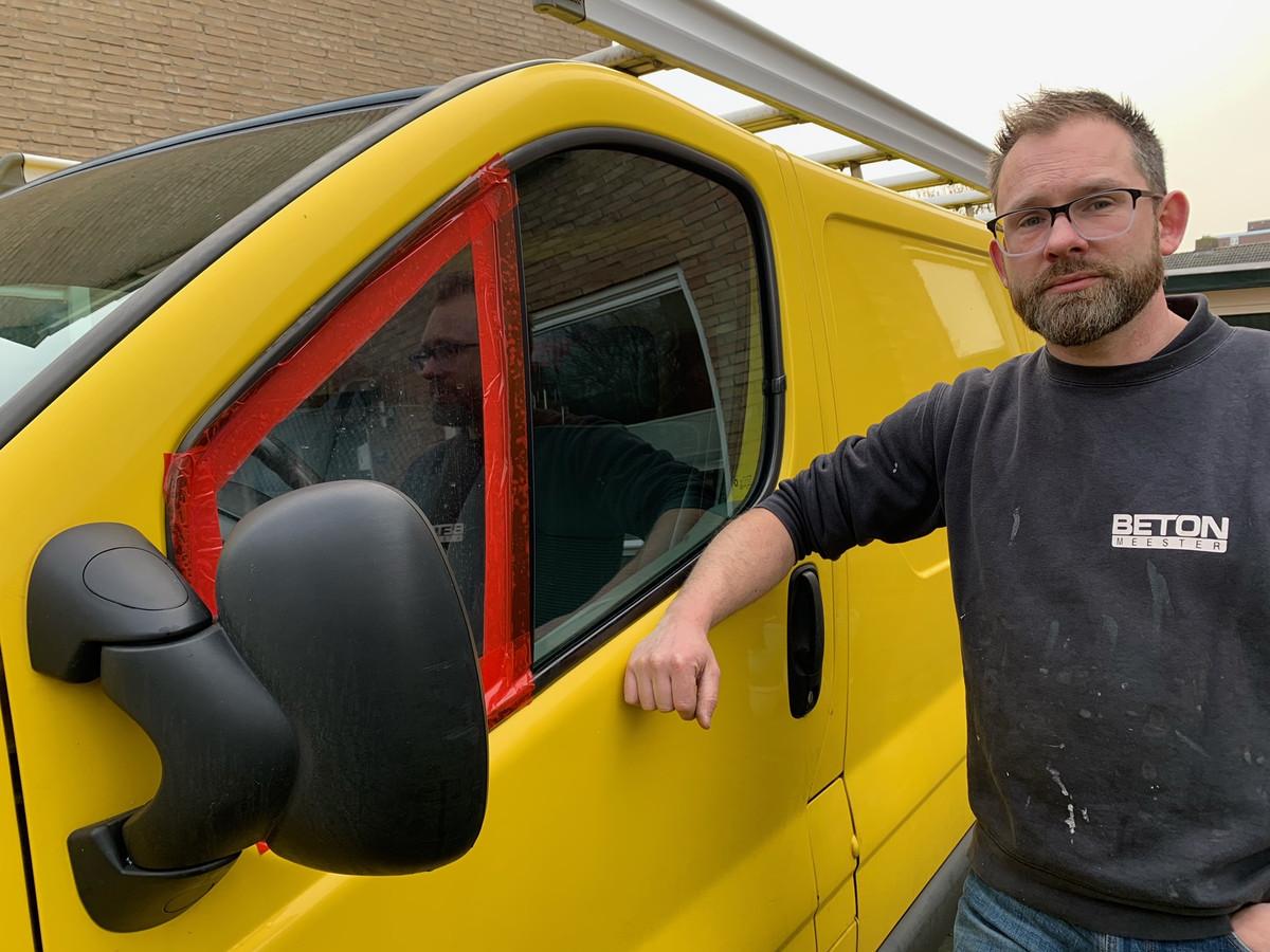 Ivo Wewer naast zijn leeggeroofde bus.