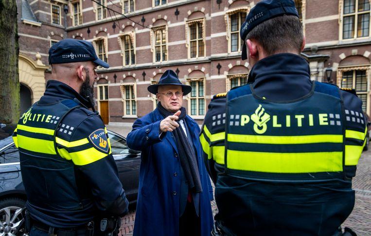 Grapperhaus in gesprek met agenten op het Binnenhof, na afloop van een ministerraad in 2019. Beeld ANP
