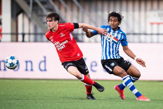 Jacky Donkor (r) in actie namens FC Eindhoven tegen Helmond Sport