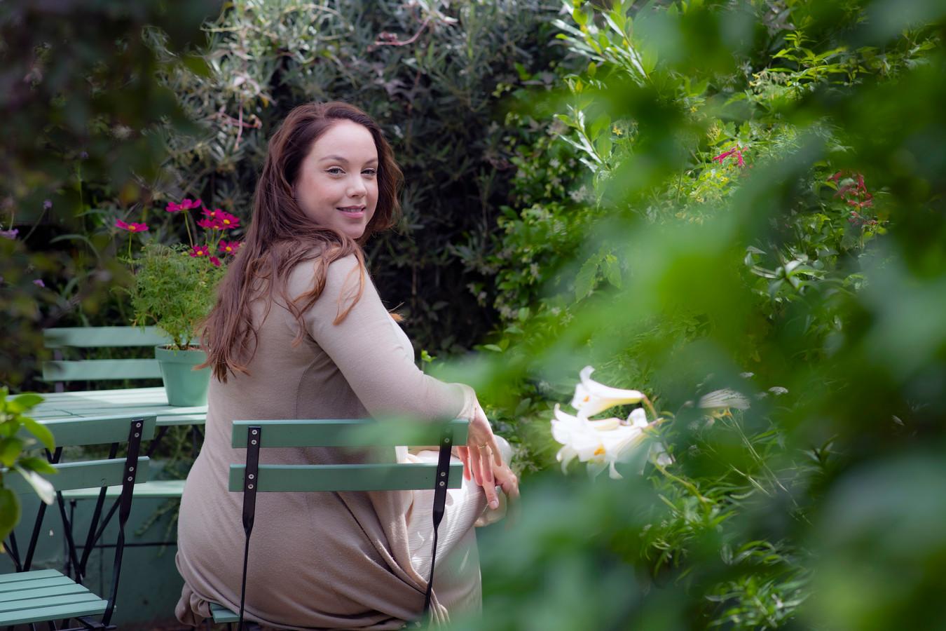 Tuinvrouw Anne Wieggers in haar duurzame tuin
