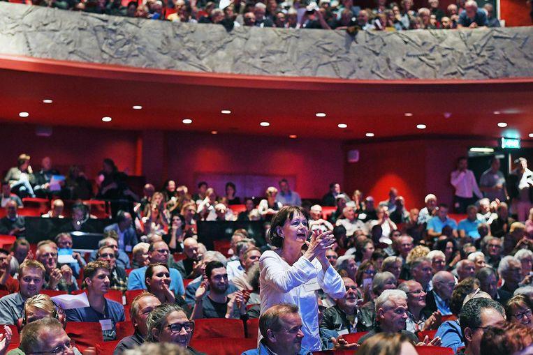 Bezorgde burgers tijdens een infoavond in theater Orpheus Beeld Guus Dubbelman / de Volkskrant
