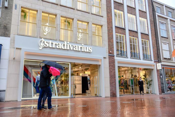 Aan de Demer in Eindhoven is gisteren, na een jaar vertraging, kledingwinkel Stradivarius geopend.