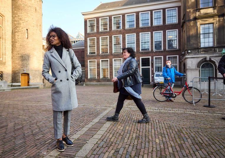 De twee leiders van de nieuwe eenmansfracties  Sylvana Simons (Bij1) en Caroline van der Plas (BBB) op het Binnenhof. Simons is een van de vijf zwarte nieuwe Kamerleden, Van der Plas een van de zes Kamerleden uit Overijssel. Beeld ANP
