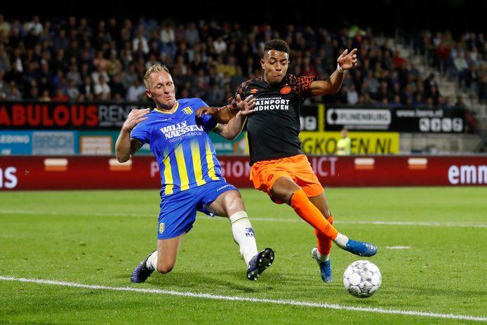 De nieuwbakken ASWH'er Henrico Drost (links) zet namens RKC Waalwijk een sliding in op PSV-aanvaller Donyell Malen.