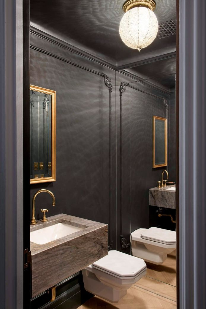 Door de grote spiegel krijgt de toiletruimte een gevoel van ruimtelijkheid.