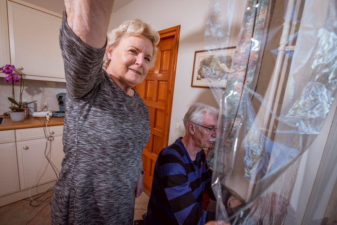 Gjalt en Cita Gaikema uit Dedemsvaart hebben vorig jaar voor hun ramen in de woonkamer thermofolie aangebracht waarmee ze het raam beter isoleren. Daar zijn ze zo tevreden over, dat nu ook de ramen in de keuken aan de beurt zijn.