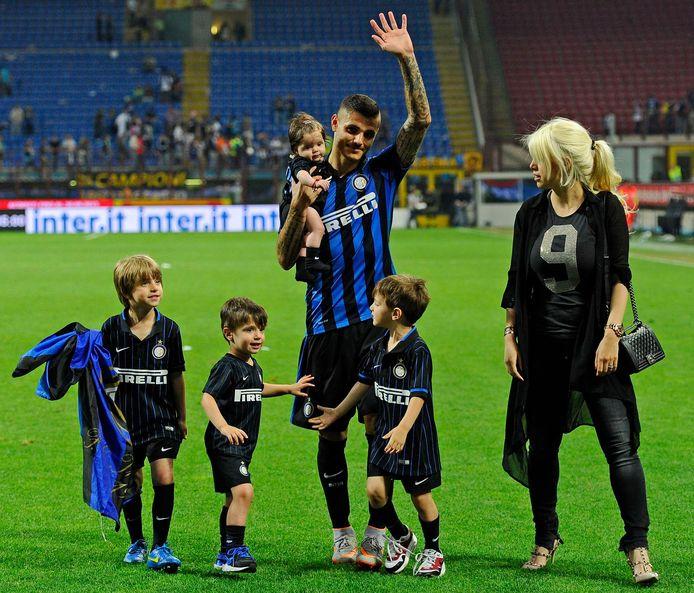 Mauro Icardi met Wanda Nara en ook de drie kinderen van Maxi Lopez in het Giuseppe Meazza.