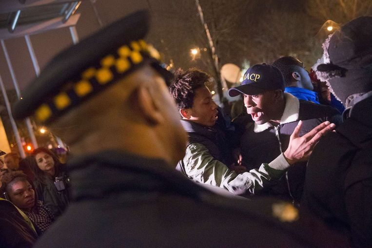 Protestors confront police guarding the fromt of Chicago police headquarters during a prayer vigil and demonstration called to protest the death and subsequent alleged cover-up of Laquan McDonald on November 30, 2015 in Chicago, Illinois. Beeld AFP