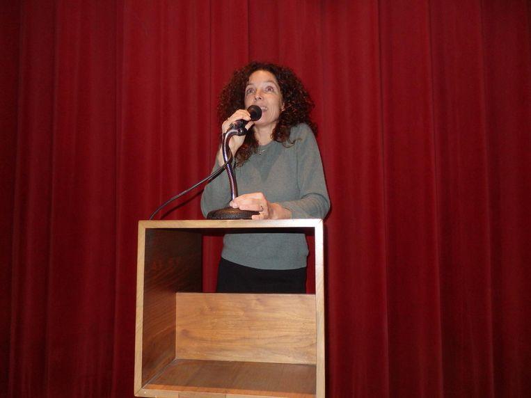 Regisseur Paula van der Oest: 'Er zijn leren stoelen, al mag ik geen leer zeggen, dat vinden sommigen onprettig.' Het is vegan kunstleer. Op de voorste rij kun je half liggen Beeld Schuim