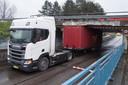 De truck reed zich klem onder het viaduct in Waalwijk.