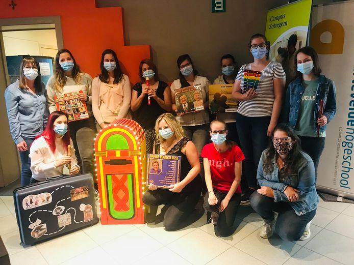 Laatstejaarsstudenten verpleegkunde IVV Sint-Vincentius maken jukebox voor bewoners De Bron.