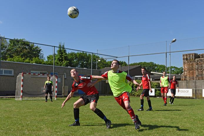 Koen Loonen (midden, met hesje) uit Dongen is helemaal terug, Hij streed tegen neuroblastoom, maar hij is nu weer fit genoeg om te voetballen. Foto: Casper van Aggelen / Pix4Profs