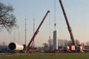 Een mast wordt opgebouwd aan de Bokkenstraat bij Wehl.