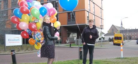 Enorme tros ballonnen met telefoonnummers voor eenzame bewoners van verzorgingshuis Elisabeth