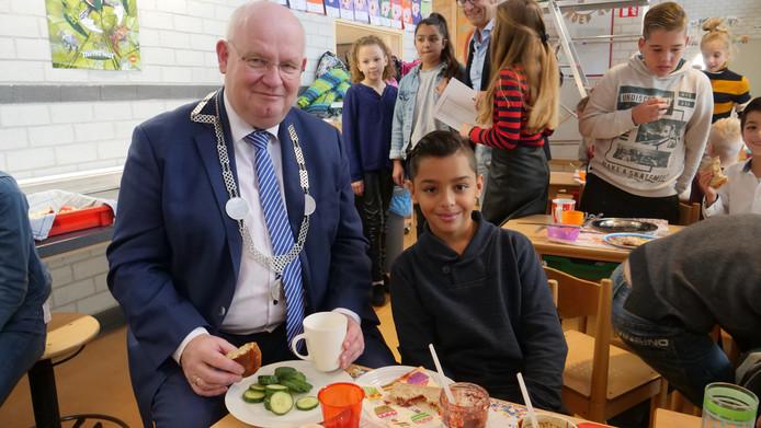 Frans Backhuijs en Akram (11) ontbijten in de klas bij De Toonladder