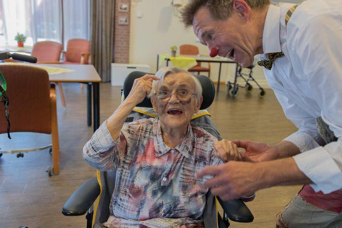 Arno Huibers als miMakkus-clown met een vrouw met dementie.