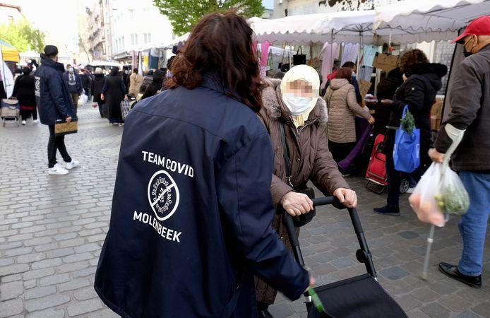 Een Covidteam eerder dit jaar aan het werk op de markt in de Brusselse wijk Molenbeek, waar de vaccinatiegraad momenteel rond de vijftig procent ligt.
