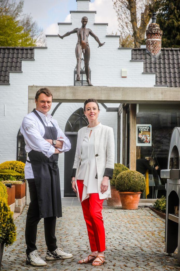 Filip Claeys en galeriehoudster Annelies Ysenbaert organiseren een beeldenstorm in restaurant De Jonckman