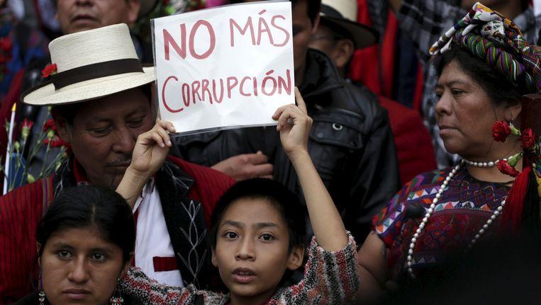 Een jongen houdt een bordje omhoog met 'Geen corruptie meer' tijdens een betoging in Guatemala-Stad gisteren.
