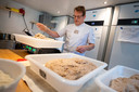 Vanaf april mag Bakker Nico zijn broden niet meer bakken in de oven achter zijn huis. Buurtbewoners hebben bezwaar gemaakt, omdat een bakkerij in een woonwijk niet is toegestaan.